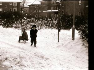 Børn leger i sneen